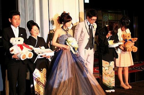結婚式で新郎新婦から両親へ贈る花束贈呈とは はじめてでも安心
